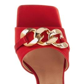Marco Shoes Klapki damskie z czerwonej satyny z łańcuchem ozdobnym 6