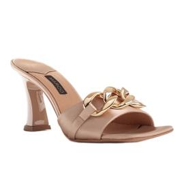 Marco Shoes Klapki damskie z beżowej satyny z łańcuchem ozdobnym beżowy 1