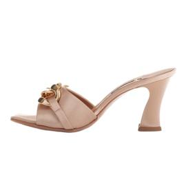 Marco Shoes Klapki damskie z beżowej satyny z łańcuchem ozdobnym beżowy 4
