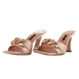 Marco Shoes Klapki damskie z beżowej satyny z łańcuchem ozdobnym beżowy 2
