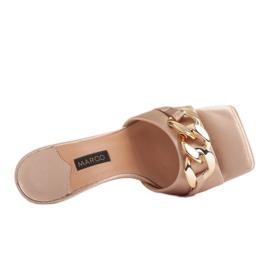 Marco Shoes Klapki damskie z beżowej satyny z łańcuchem ozdobnym beżowy 6