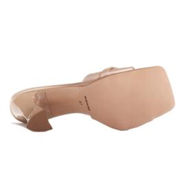 Marco Shoes Klapki damskie z beżowej satyny z łańcuchem ozdobnym beżowy 8